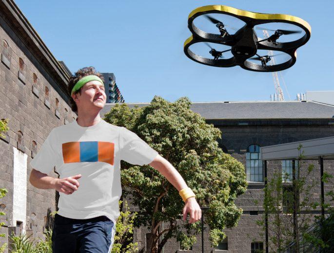biegacz z dronem