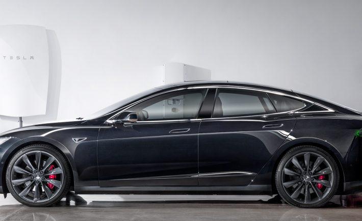 Tesla Model S ładowany z baterii Tesla Powerwall
