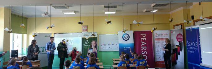 Uczniowie i nauczyciele w jednej ze szkół objętych programem.
