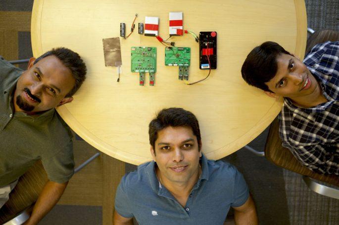 Bodhi Priyantha, Ranveer Chandra i Anirudh Badam – wynalazcy odpowiedzialni za nową baterię. Fot: blog.microsoft.com, Jeremy Mashburn / Microsoft