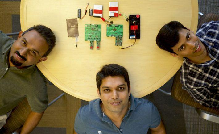 Bodhi Priyantha, Ranveer Chandra i Anirudh Badam – wynalazcy odpowiedzialni za nową baterię. Fot: blogs.microsoft.com, Jeremy Mashburn / Microsoft