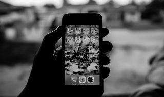 Jesteś uzależniony od telefonu? Zmień kolor swojego wyświetlacza na czarno-biały