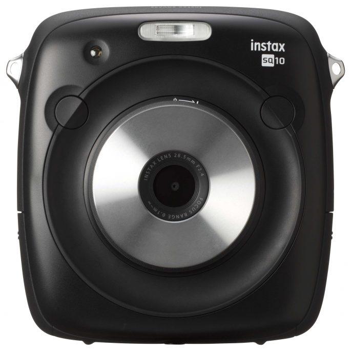 Fujifilm instax SQUARE SQ10, poza wydrukiem zdjęć, może je zapisać na karcie SD, ale ich rozdzielczość to zaledwie 1920 x 1920 punktów.