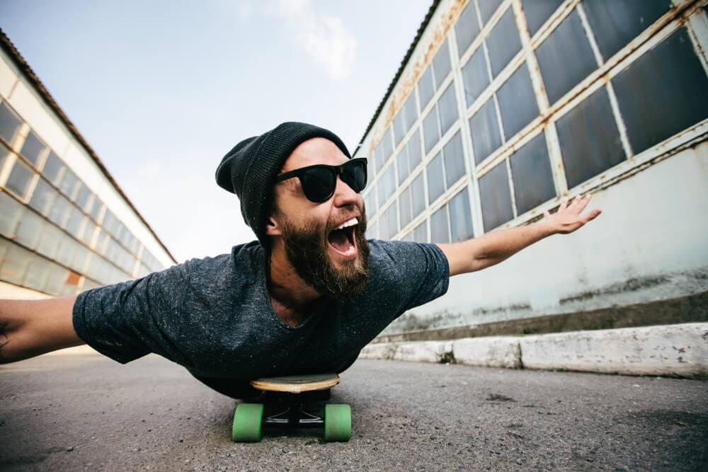 mężczyzna na longboardzie